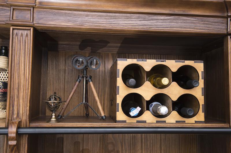 As garrafas de vinho ficam bem organizadas na caixa adega, com rótulos impressos nas laterais.