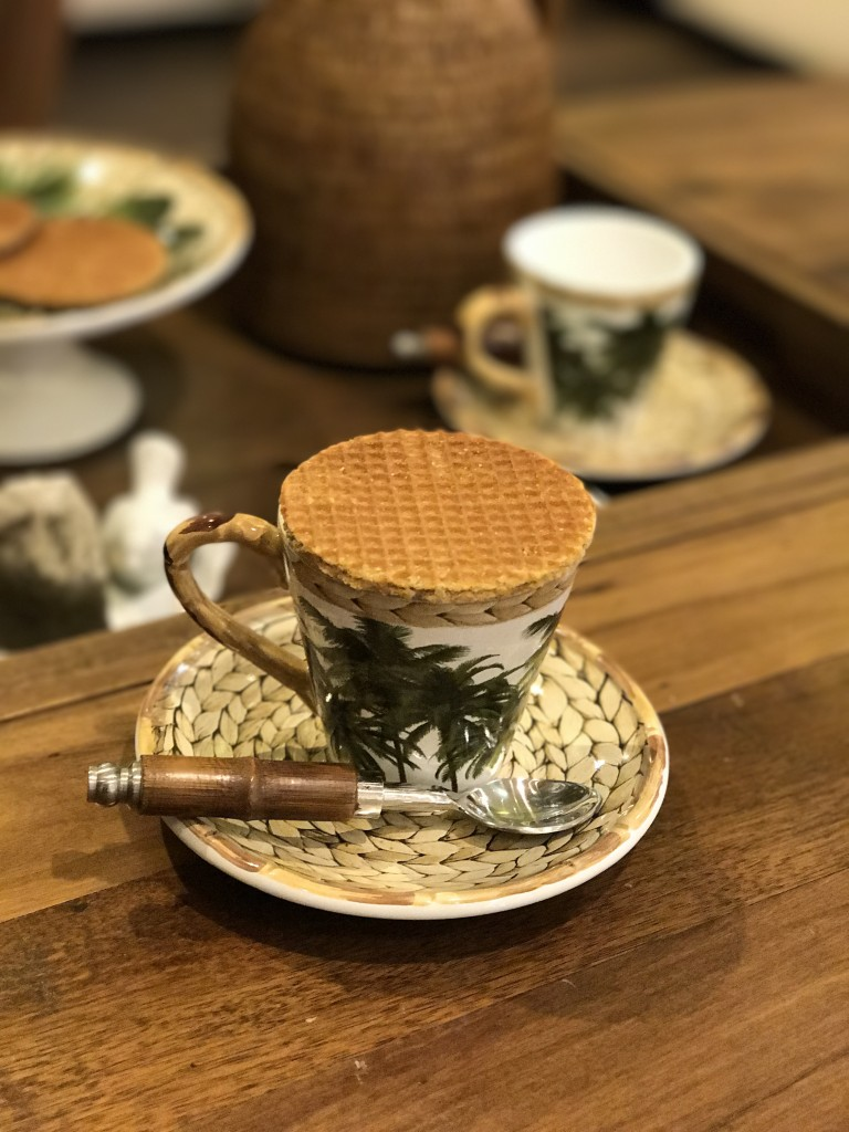 Esses biscoitos de origem holandesa são feitos de duas metades de waffel recheadas de caramelo. Colocado sobre a xícara de chá quente, o caramelo amolece ligeiramente, ficando puxa-puxa! Uma delicia irresistível para acompanhar a hora do chá. Xícara da linha Trancoso, colher de chá Bamboo.