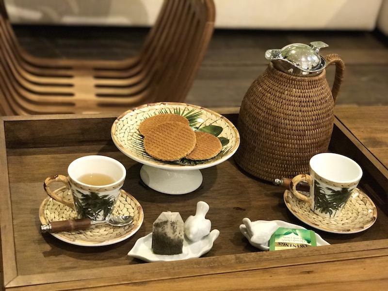 Aproveitando que a mesa de centro da linha James já vem com bandeja acoplada, o chá é servido ali mesmo. O prato de petit four da louça Trancoso traz a surpresa que são os stroopwafels.