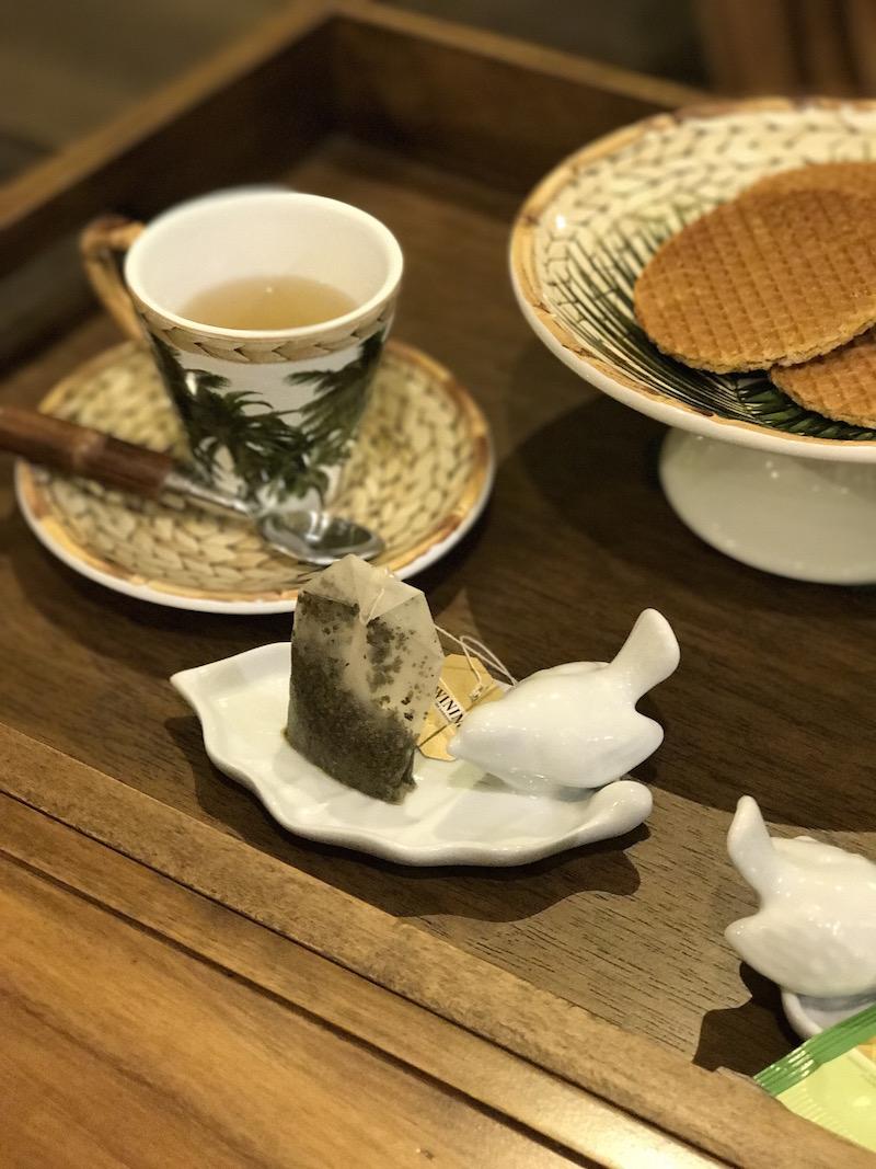 Para apoiar os saquinhos de chá molhados, os pratinhoos de porcelana com passarinho ficam perfeitos ao lado da xícara.