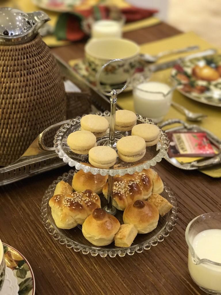Para acompanhar o chá, quitutes colocados em um prato de dois andares. Diz a etiqueta que os salgados devem ser colocados embaixo, e os doces em cima.