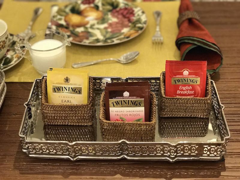 Para servir os saquinhos de chá de diversos sabores, colocamos cestinhas de rattan sobre a bandeja niquelada xxxx.