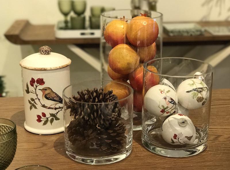 Bolas de Natal, pinhas e romãs fazem uma boa composição no vidros cilíndricos em três tamanhos. Perfeita para o aparador ou mesa de centro, combina com a decoração de Natal escolhida.