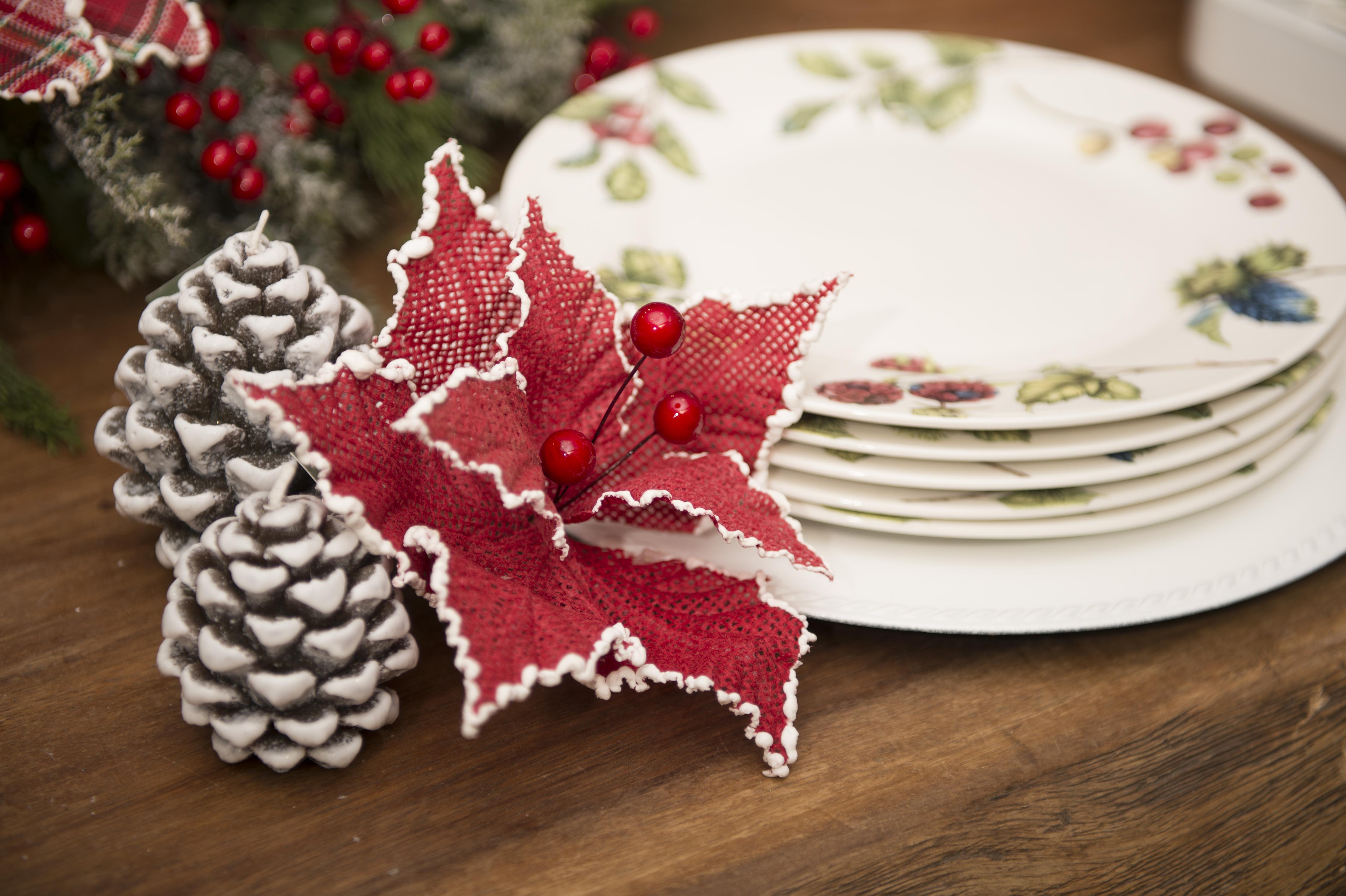 Além de aparecer nas árvores e enfeites, as frutas vermelhas são o tema do jogo de jantar Berries, em porcelana, que se encaixa perfeitamente nessa coleção de Natal.