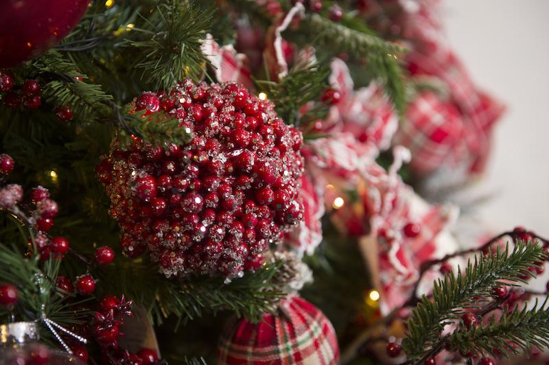 Bolas de Natal vermelhas e xadrez da coleção Forest Berries