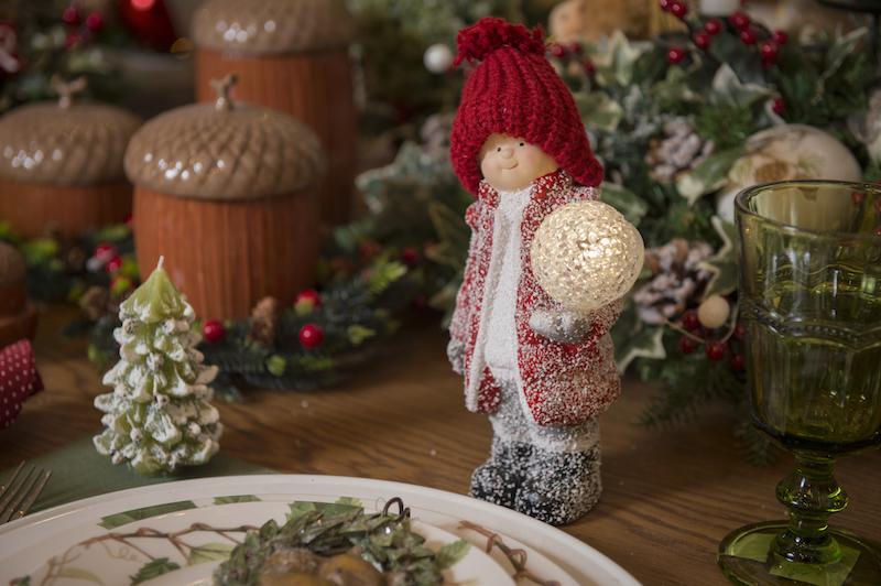 Mesa posta com enfeites de Natal da coleção English Ivy da Cecilia Dale