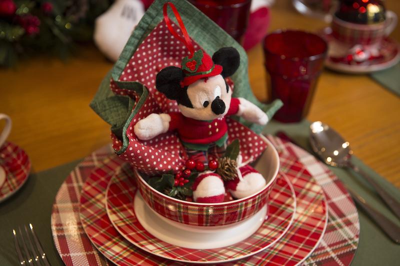 A louça xadrez Forest combina com as calças do Mickey, que veio muito elegante para festa de Natal.