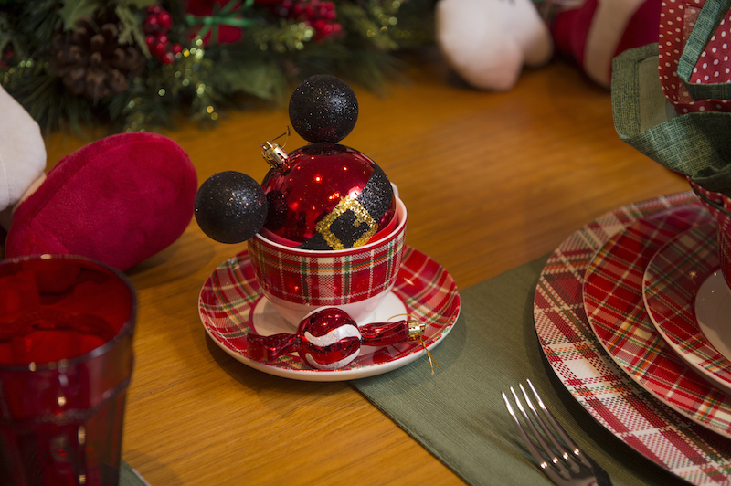 Na xícara para o chocolate quente, outra surpresa: uma bola de Natal em formato de Mickey para cada criança colocar na árvore, além do enfeite em forma de balinha.