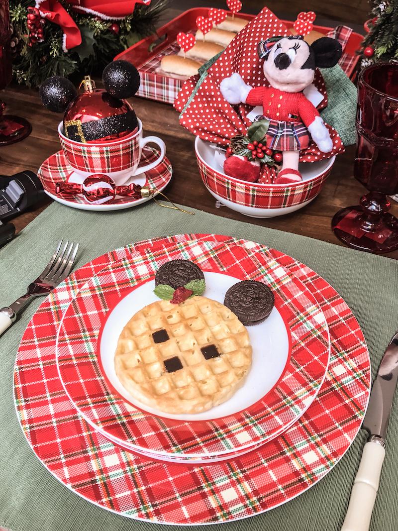 Na hora de comer, mais uma surpresinha! Waffles em forma de Mickey e Minnie! As orelhas são de bsicoito de chocolate e os olhos de calda para sorvete (ou creme de avelã). O laço da Minnie e de duas folhas de hortelã com uma framboesa no meio.