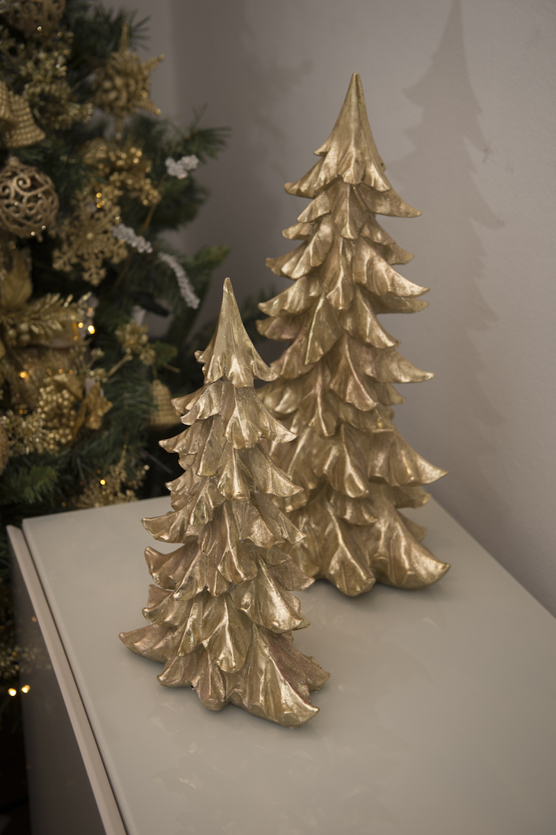 Dois pinheiros em madeira dourada arematam a decoração do buffet de laca com tampo de vidro.