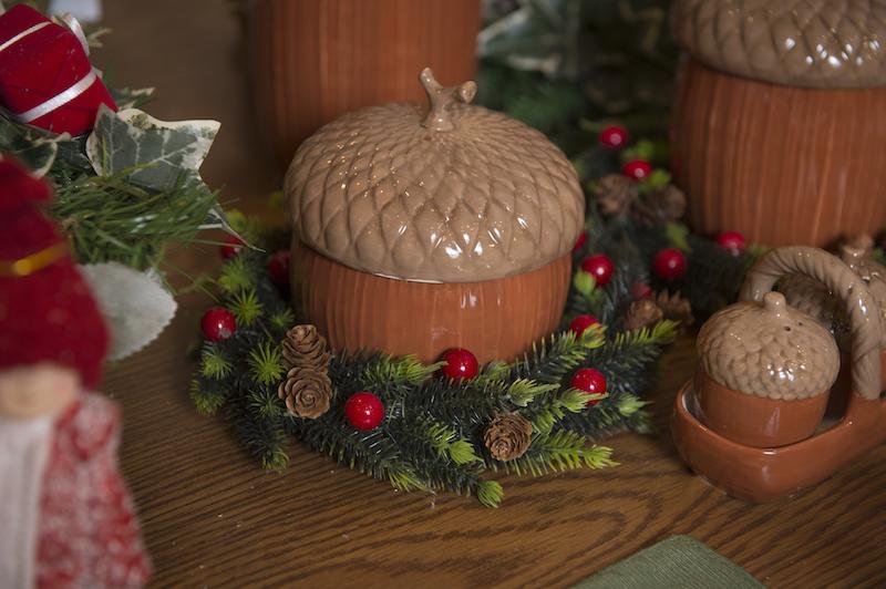 Mini guirlanda com Berries e pinhas, usada para decorar pote de biscoitos - Cecilia Dale