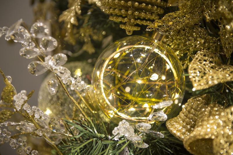 Bola de Natal iluminada por dentro com fios de led e ramos com folhas de cristal, na Coleção Gold Cecilia Dale