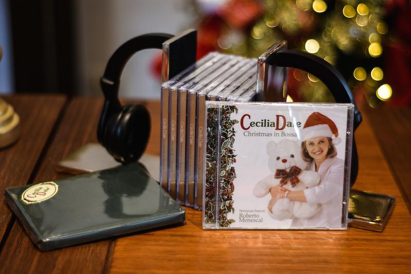 Estamos falando de um presenteado que adora música? Suportes de livro em forma de headphone organizam Cds, albons e até songbooks com charme. O CD com músicas de Natal da Cecilia Dale também pode ser uma boa lembrança.