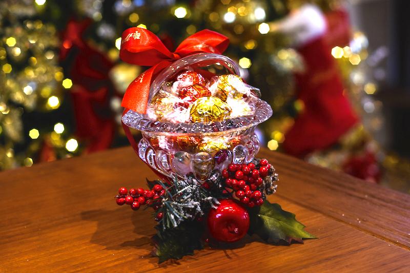 Todo mundo ama chocolate, ainda mais se vier dentro de uma bomboniere linda como esta, com tampa, que pode ser usada muitas vezes depois. Chocolates Lindt.