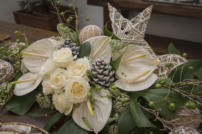 O arranjo de centro de mesa também é cheio de significados. Os antúros são flores tropicais, e, quando brancos, simbolizam confiança, iluminação, fortuna e desapego. Tudo o que a gente quer nesse momento, não? Rosas brancas simbolizam a paz e a pureza de sentimentos.