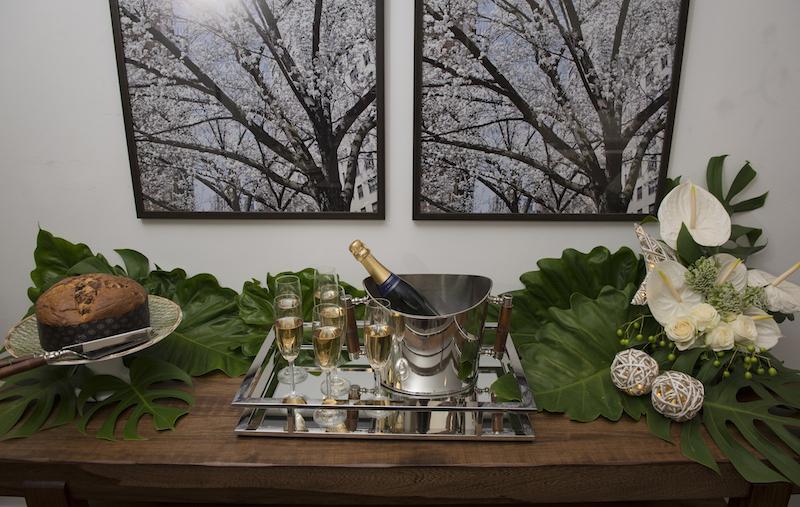 Para que todos possam se servir de champagne à vontade, o aparador James também fica arrumado desde cedo. Balde de gelo (linha Bamboo) e taças Bohemia sobre a bandeja espelhada. O panetone fica a postos para a sobremesa e o resto da madrugada.