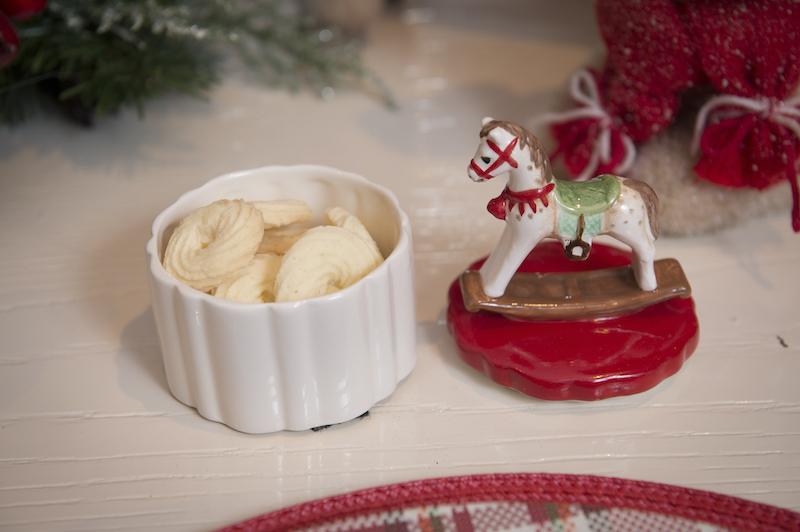 Biscoitinhos feitos em casa (podem ser bom bons de Natal) que podem ser levados como presente. São quatro modelos diferentes de tampa: cavalinho de balanço, trenzinho, soldadinho de chumbo montado...