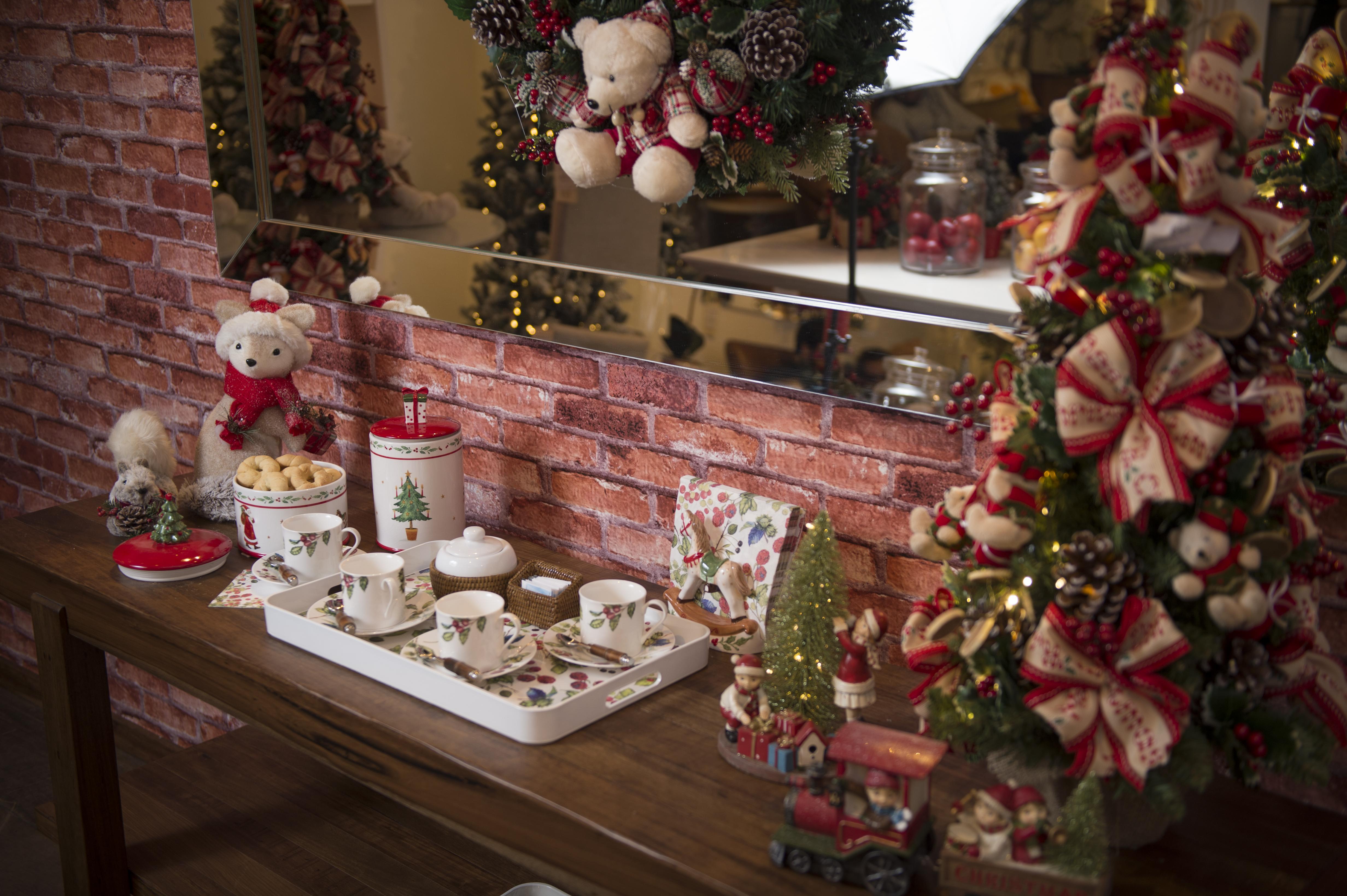 O aparador pode ficar arrumado com biscoitos e chá ou café, para que os convidados se sirvam antes ou depois da ceia. Uma mini árvore de Natal veste um dos cantos da mesa.