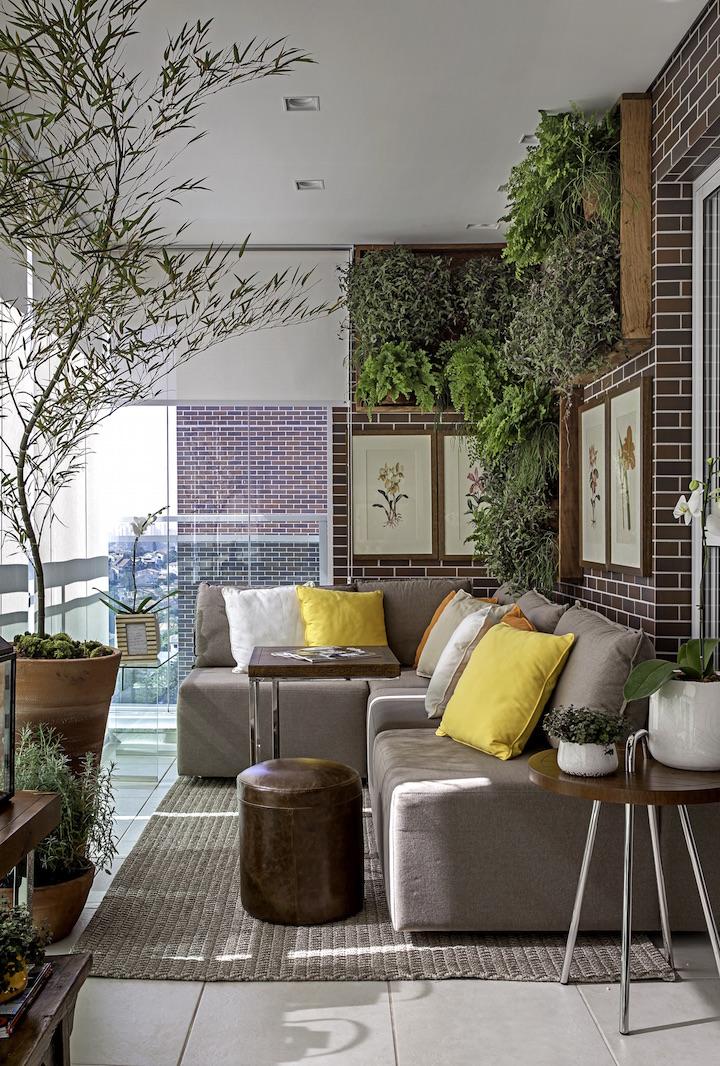 Vale montar uma parede verde ou trazer árvores para a varanda.