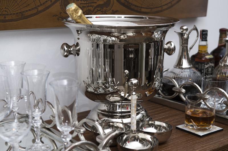 Tem balde de gelo niquelado, jarra de vidro com tampa niquelada, bandeja de argolas com fundo de vidro Cecilia Dale