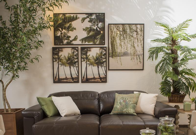 Fotografias ampliadas trazem a paisagem para a parede, criando janelas de tranquilidade em meio ao caos urbano. Na composição, quadro bananeira, coqueiros e chorão. Almofada de papagaio da linha Iporanga.