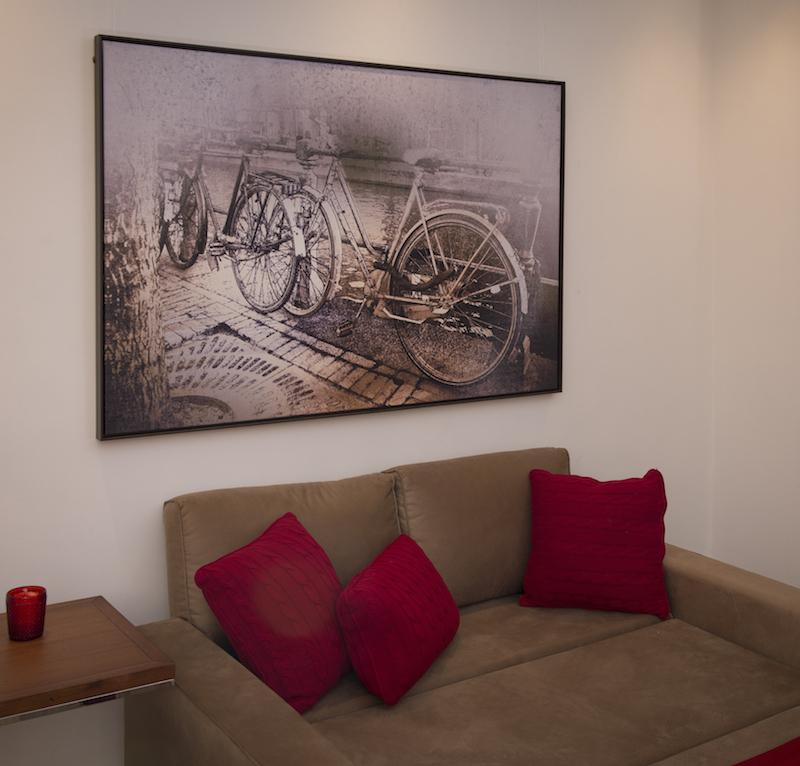 A foto de bicicletas estacionadas em Amsterdam, com filtro sépia, foi impressa sobre uma tela de pintura (canvas), o que deu uma textura diferente e original ao quadro.