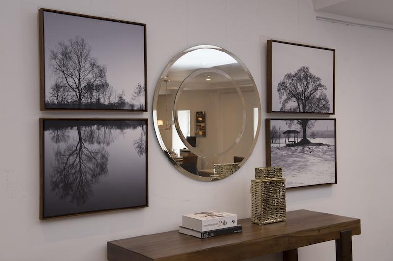 Paisagens duplas também fazem boas composições. As da foto são fotografias P/B impressas sobre tela, com moldura de madeira: Árvore no lago e Árvore em Canvas.