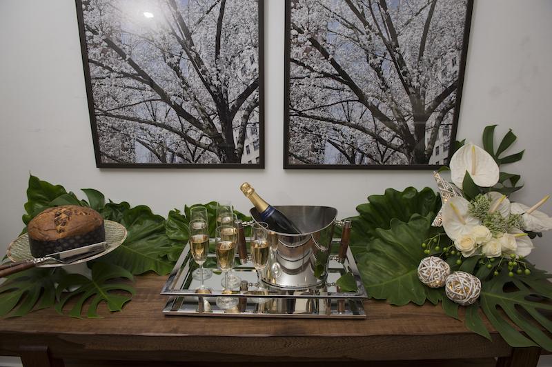 As cerejeiras em flor das fotos combinam com o clima alegre de comemoração, acima da bancada.