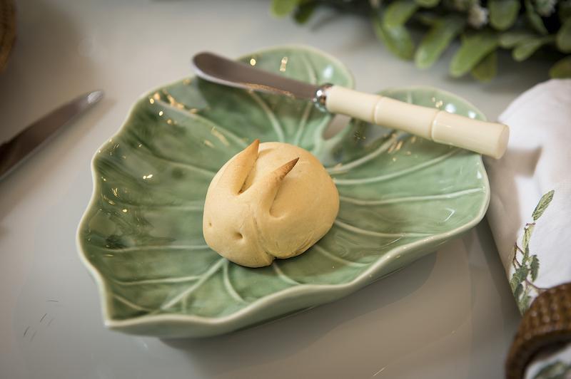 O pãozinho em forma de coelhe é feito em casa e a receita é simples. Veja abaixo.