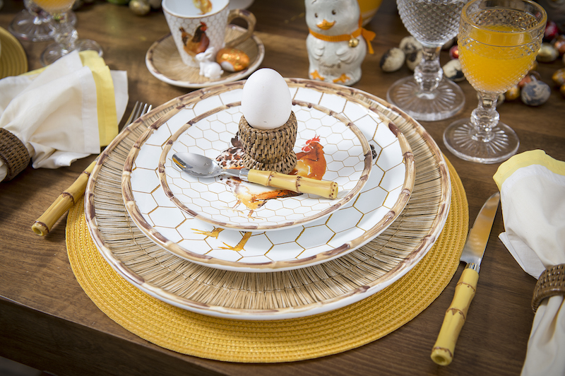 O cardápio matinal conta com ovos quentes, servidos sobre o suporte de rattan.