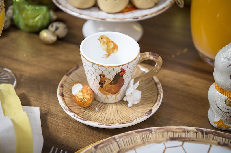 Detalhe da xícara de chá, que guarnecemos com um ovo de Páscoa e um mini-coelho de resina, que os convidados podem levar para casa de lembrança. As crianças vão amar!