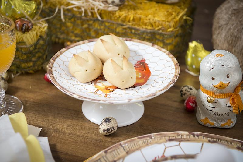 No prato de bolo com pé, mais uma surpresa para as crianças: pãezinhos de minuto em forma de coelho. É bem fácil de fazer. No próximo post eu mostro a receita!