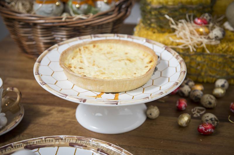 No menu de salgados, entra também a quiche de queijo, tranformando o café da manhâ em almoço. Prato de bolo com pé.