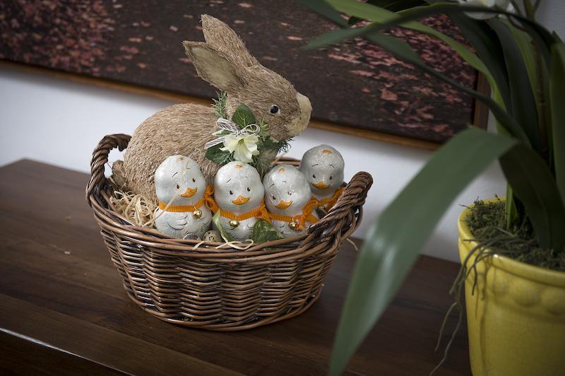 Por fim, sobre o aparador, mamãe coelha adota os pintinhos como filhos, no ninho feito de cesta.