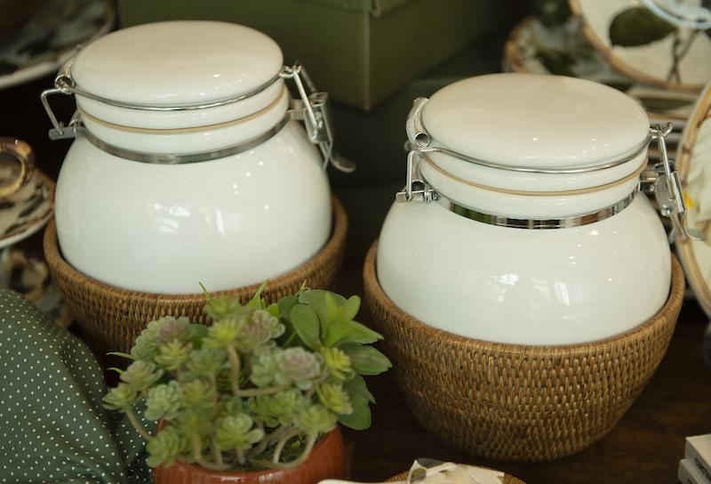 Potes herméticos em rattan e cerâmica Cecilia Dale