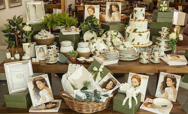 Mesa decorada com louça Magnólia, potes herméticos e bowl com base em rattan, porta-retratos e flores permanestes - Cecilia Dale