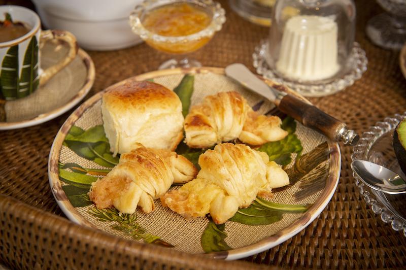 Café da manhã na cama - Prato de sobremesa linha Itacaré Cecilia Dale, faca para aperitivo em bambu