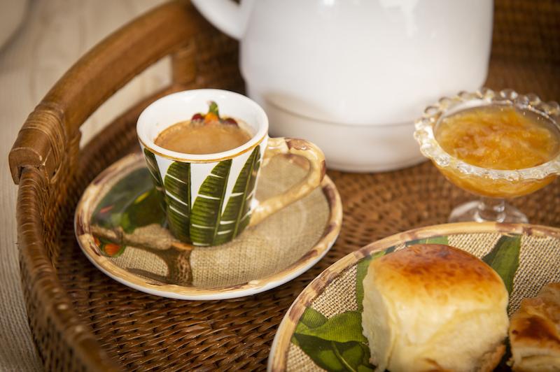 Café da manhã na cama. Xícara de café linha Itaparica Cecilia Dale