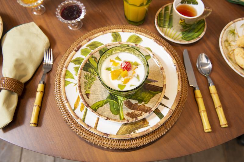 Mesa posta para o brunch com iogurte e salada de frutas - Cecilia Dale