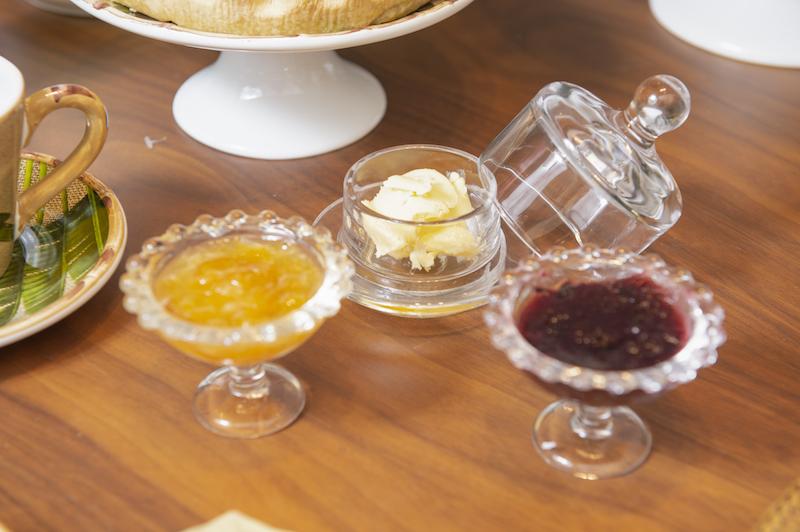 Mini manteigueira e mini bowls com pé para geléia, na mesa do bruch Cecilia Dale