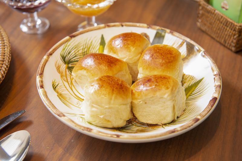 Prato fundo da louça Itacaré serve de cesta para pães na mesa de brunch - Cecilia Dale