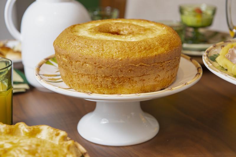 Prato de bolo com pé da linha Itacaré na mesa de brunch Cecilia Dale