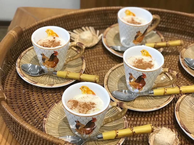 Xícara de chá linha Nest em cerâmica, faqueiro bambu em aço inox, bandeja oval de rattan - Cecilia Dale