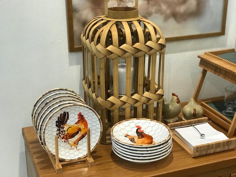 Pratos de sobremesa e bowls da linha Nest, display para pratos em bambu, porta-guardanapo em bambu - Cecilia Dale