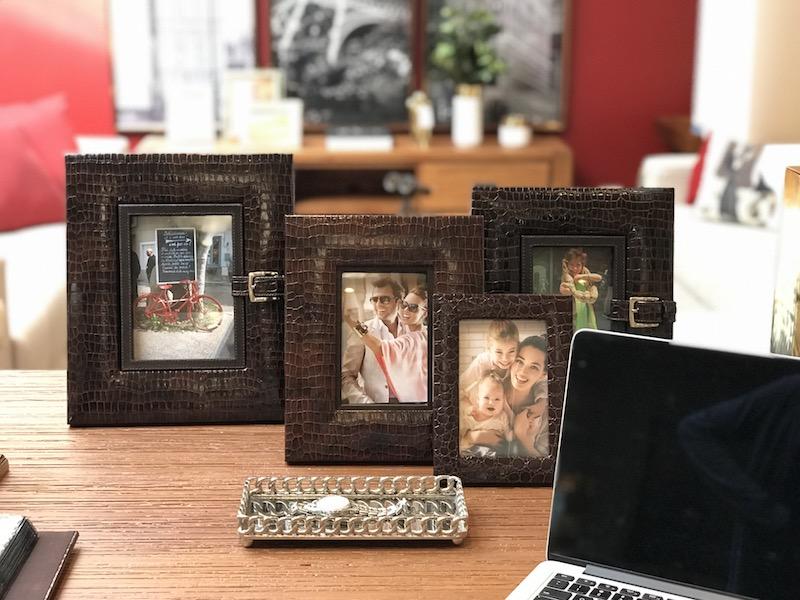 Porta-retratos em croco e bandeja niquelada decoram e organizam a mesa do escritório - Cecilia Dale