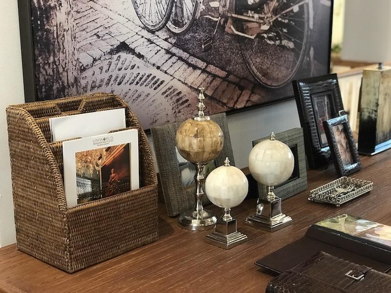 Porta-revistas e documentos em rattan e bolas decorativas tons de marfim e chifre compõem a mesa do escritório - Cecilia Dale