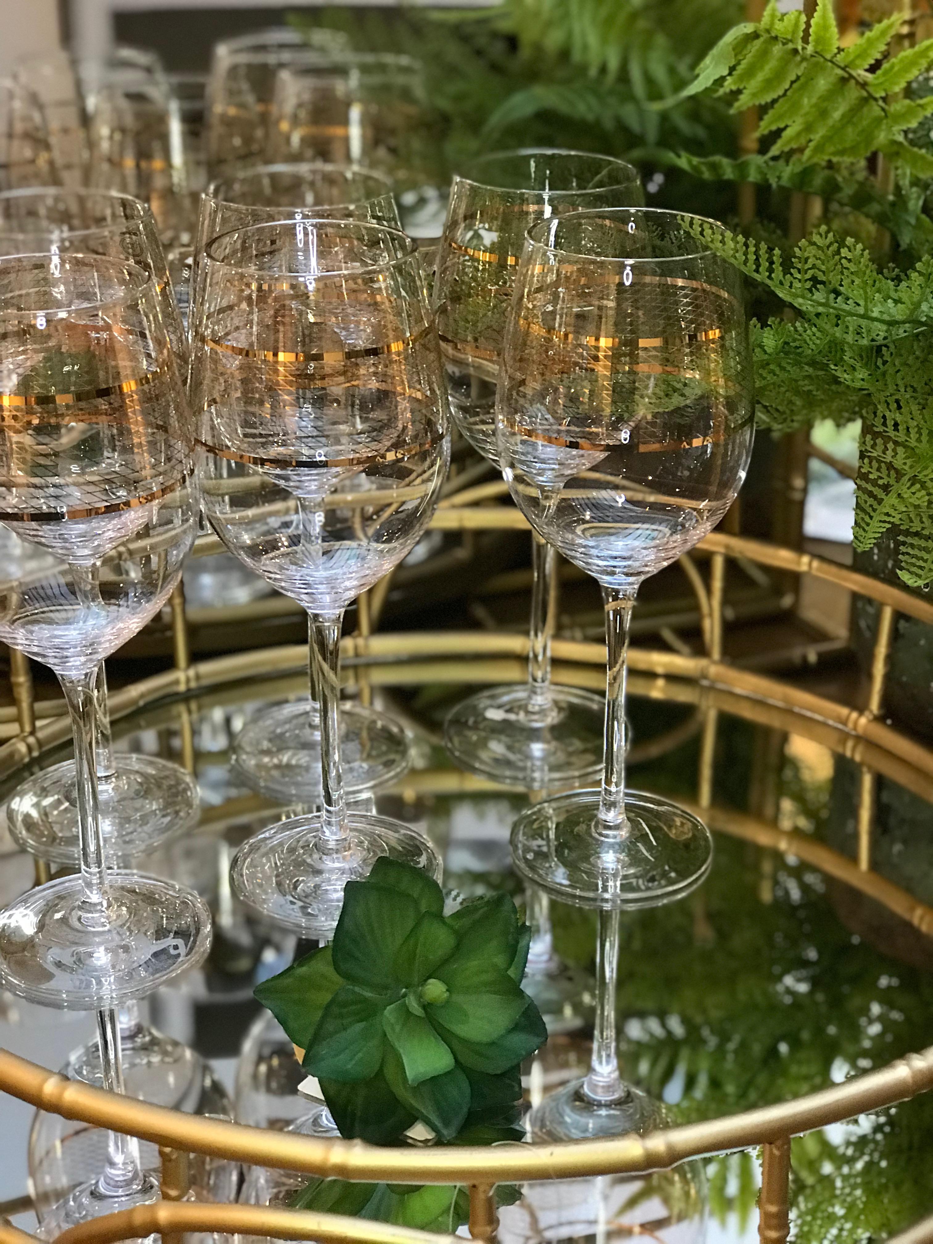 Bandeja em metal redonda com espelho e borda que simula bambu; taças Gold Chess - Cecilia Dale