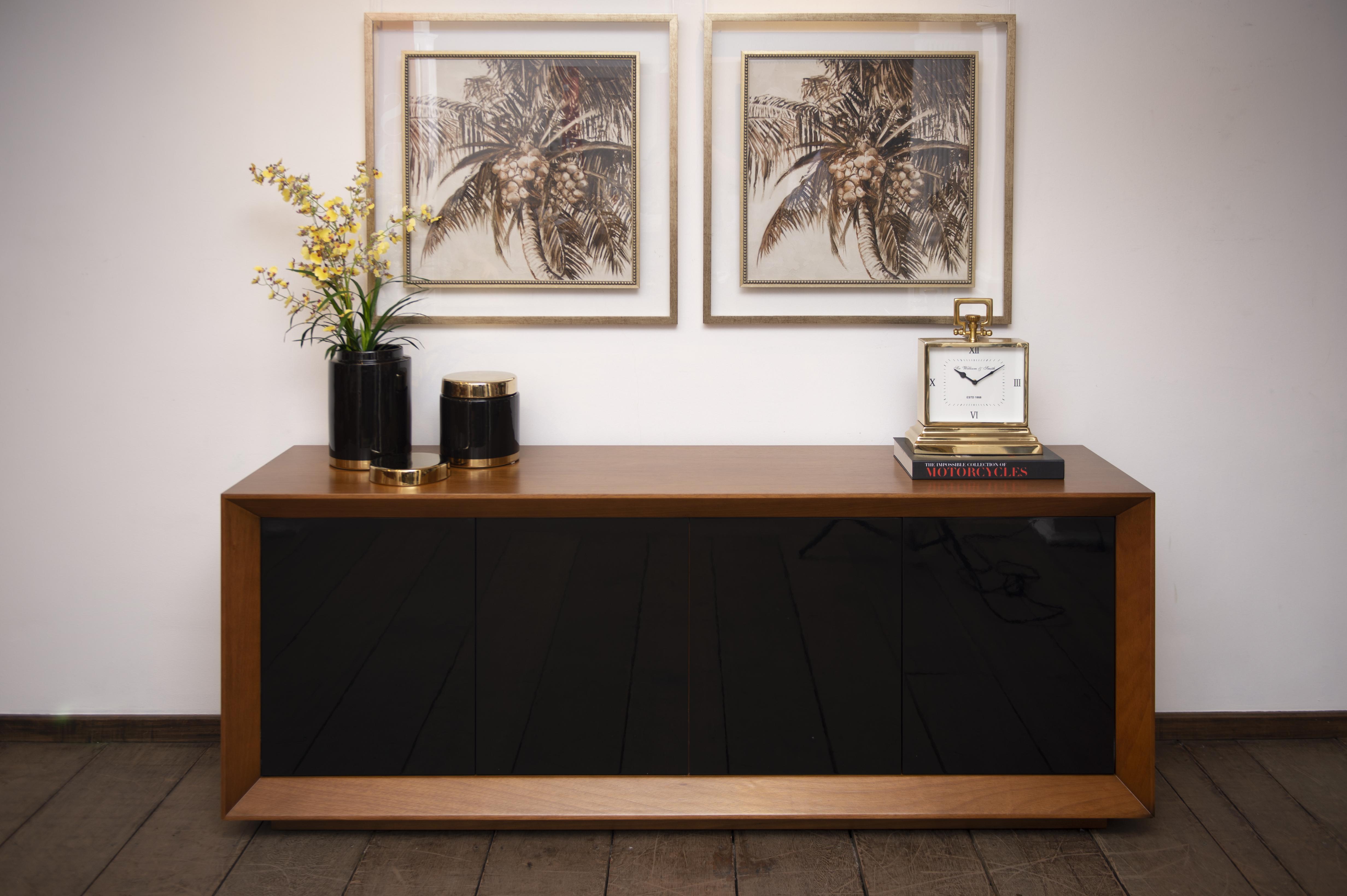 Buffet Sleek Black, com portas em laca preta e estrutura em madeira tipo imbuia - Cecilia Dale